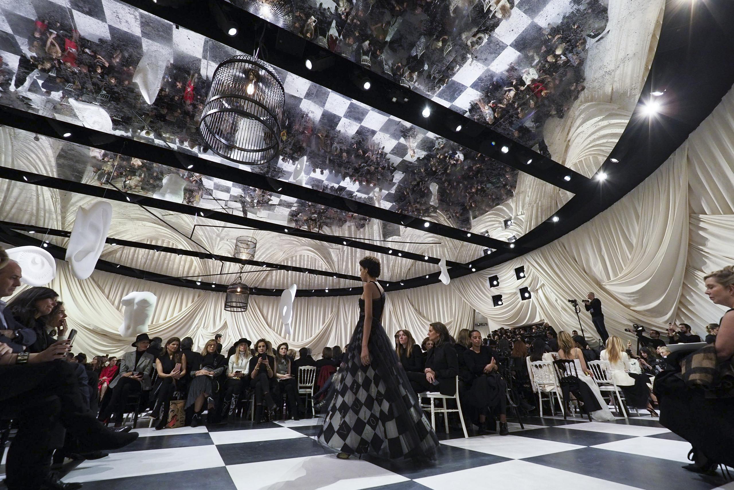Foto de Dior Alta Costura: Maria Grazia Chiuri y su mágico desfile en blanco y negro Primavera-Verano 2018 (9/74)