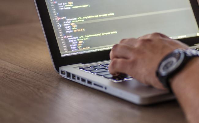 El curso estrella de Tech Talent South promete conocer los fundamentos básicos de un lenguaje de programación en diez semanas. (Pexels)