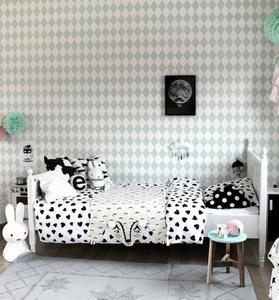 Dulce dormitorio infantil en tonos neutros y estampados gráficos