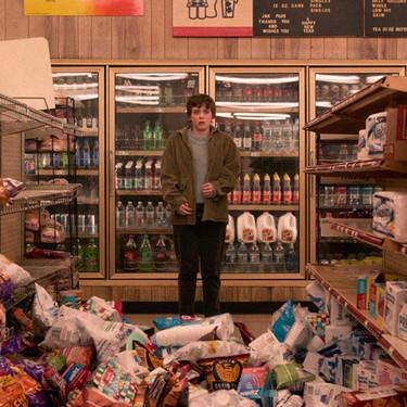 'Esta mierda me supera': la nueva serie juvenil de Netflix es encantadora pero no sobrevive a sus referencias