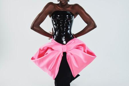 Vestidos que cuelgan de pendientes, corsets con abdominales y uñas de oro: Schiaparelli desafía la idea de Alta Costura con su colección 2021
