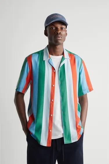 Camisa de manga corta a rayas verticales con cuello bowling