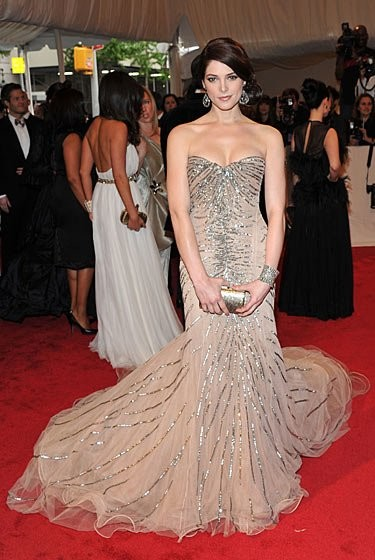 Parecidos razonables: el vestido de Ashley Greene en la Gala del MET