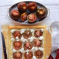 Carpaccio mediterráneo sobre crujiente con cremoso lácteo de la granja, es decir, tarta de hojaldre con tomates Kumato® y queso de cabra #LoMioesAltaCocina