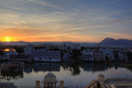 India: Puesta de sol en la ciudad blanca de Udaipur