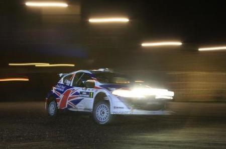 El campeón, Kris Meeke, marca el ritmo en Escocia