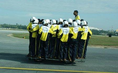 Otro récord mundial, 54 personas sobre una moto