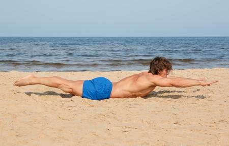 Tres ejercicios para entrenar en la arena y aprovechar los últimos días de playa