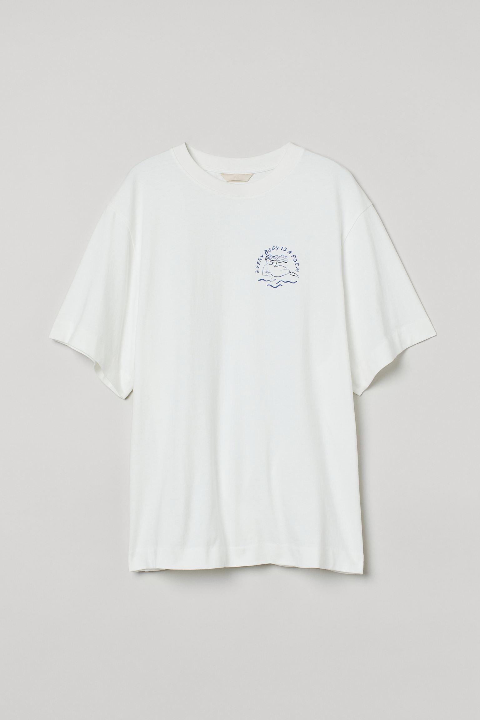 Camiseta oversize en punto de algodón con motivo estampado delante y detrás. Modelo de manga corta con hombros caídos y cuello redondo ribeteado en punto elástico.