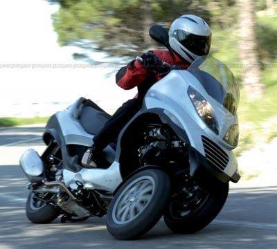 Prototipo de una motocicleta eléctrica de 3 ruedas