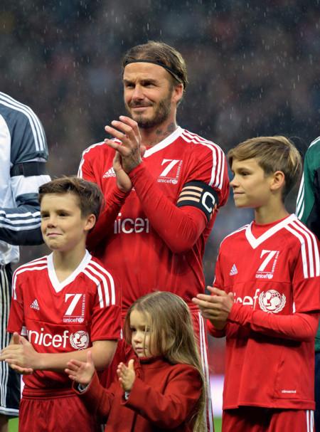 Romeo Beckham no sólo trabaja para Burberry, también posa bajo la lluvia para Unicef