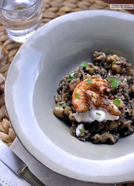 Arroz negro con sepia y gambones en paella: la receta que siempre sale bien