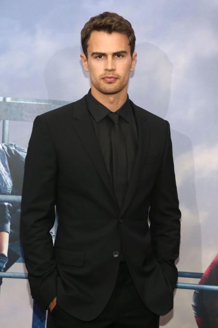 Theo James sí que sabe vestir de negro... ¡Chúpate esa, Jon Nieve!