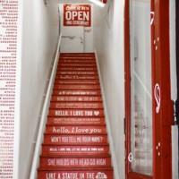 Dime en qué escaleras te encuentras y te diré qué tienda es