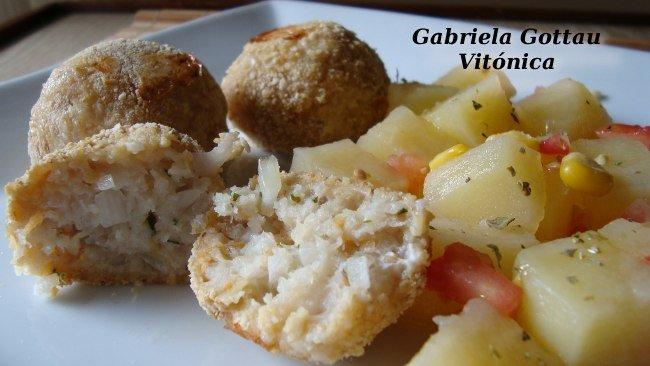 Alb ndigas de merluza con ensalada de patata receta saludable - Albondigas de patata ...