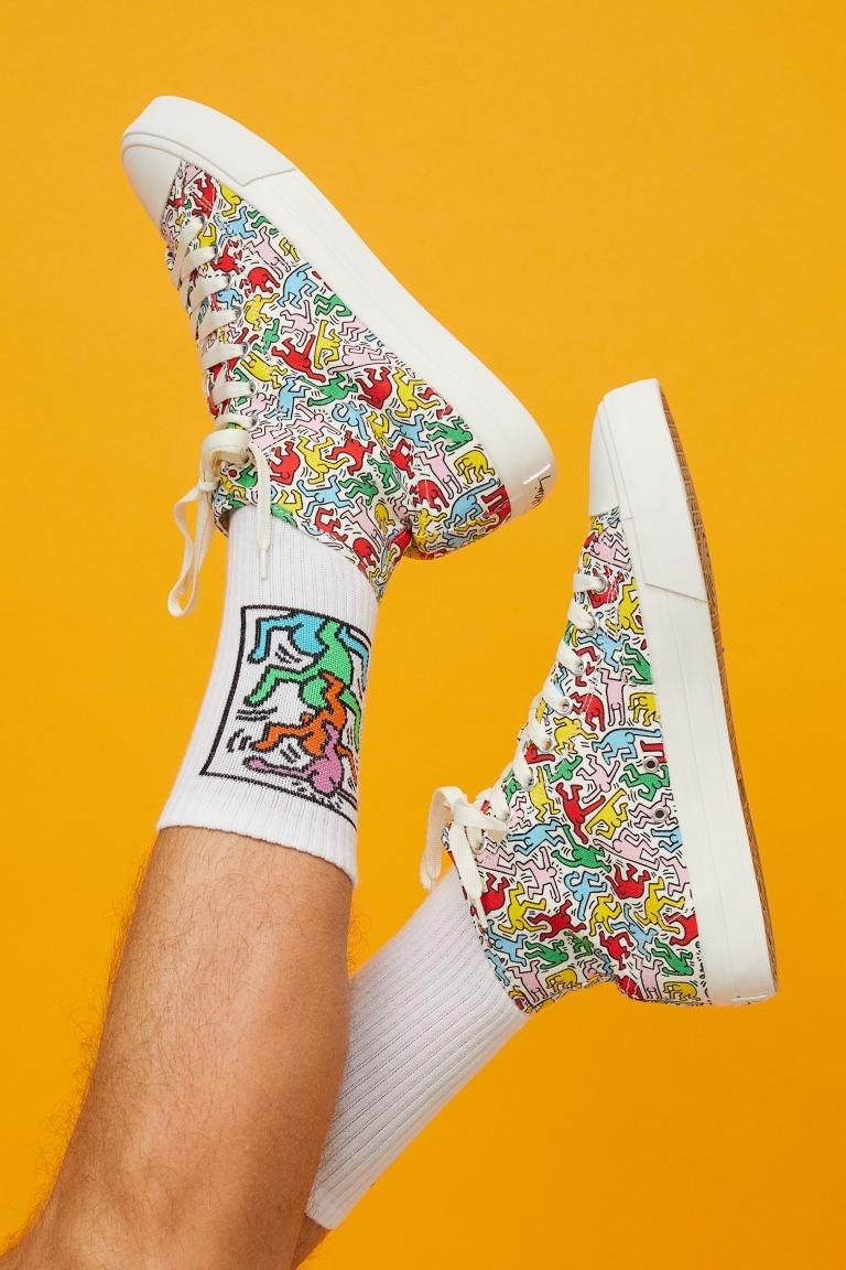 Zapatillas deportivas altas en lona gruesa de algodón con diseño estampado. Modelo con collarín, lengüeta, cordones y ojales decorativos en el lateral. Forro y plantillas en lona de algodón. Suelas de goma con diseño. Grosor de la suela 3 cm.