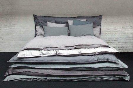 Una buena idea: una cama hecha con muchos edredones