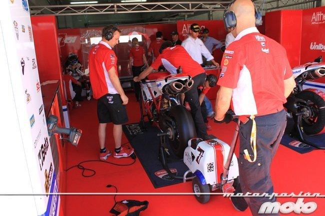 Arrancando la Ducati de Checa