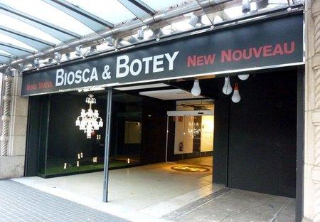 La renovada Biosca & Botey exhibe la 'Solstice Comet' de Baccarat en el escaparate