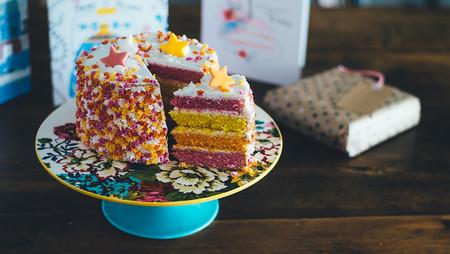 Fondant, lacasitos, chocolate... las mejores ideas para decorar tartas con niños