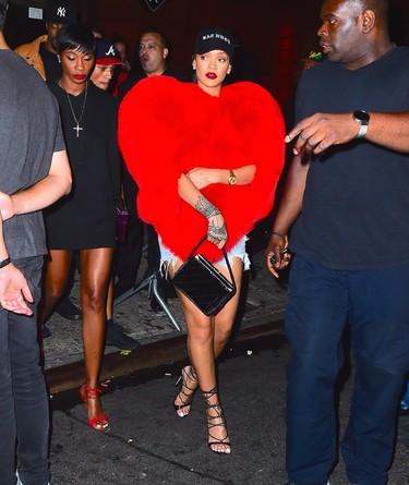 Rihanna tiene mucho amor que dar: Saint Laurent firma su look con más corazón