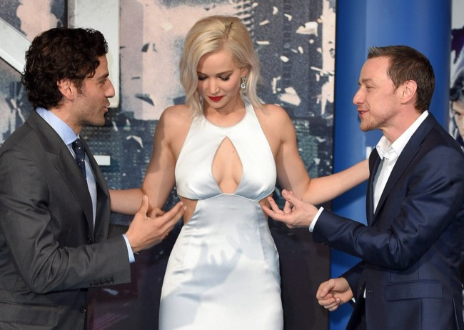 Oscar Isaac, Jennifer Lawrence y James McAvoy en la premiere del film
