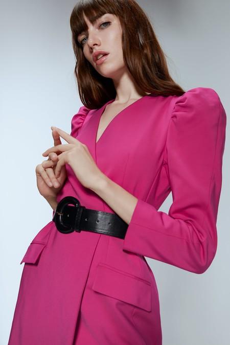 Aprovéchate de las rebajas y añade un vestido fucsia de Zara a tu colección