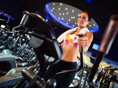 Cómo hacer más intenso tu entrenamiento en la elíptica