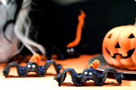 Decoración para Halloween: murciélagos hechos con hueveras de cartón