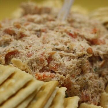 Dip cremoso de atún fresco al chipotle con aceitunas y apio. Receta fácil para picar antes de la comida