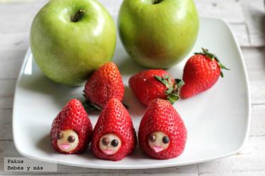 Fresas con carita de manzana para que los niños coman fruta