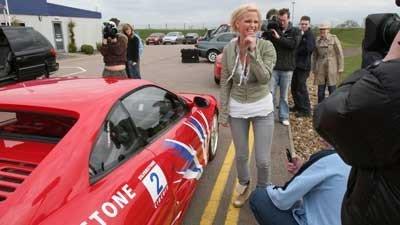 Prejuicios clásicos: no dejes a una rubia conducir un Ferrari