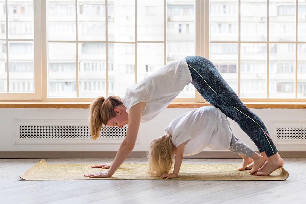 Yoga para niños en casa: cómo practicarlo con tus hijos (y cinco rutinas para entrenar juntos)