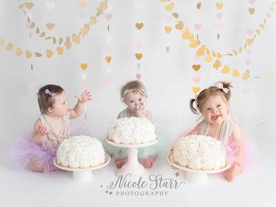Preciosas fotos de tres niñas con Síndrome de Down, cuyas vidas están unidas, celebrando su primer cumpleaños