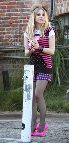 Avril Lavigne se viste de rosa para el premio Hortera de Bolera de enero