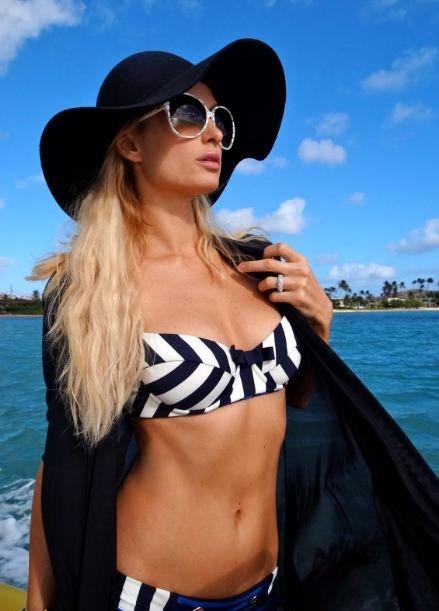 ¡Qué le gusta a Paris Hilton un posado en bikini oye!