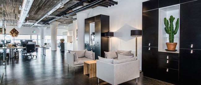 Una oficina con aire industrial mucho cristal y madera for Oficinas industriales