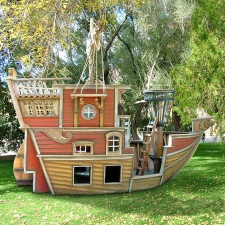 Un barco pirata como cabaña de juego para niños aventureros