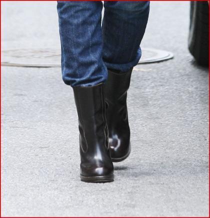 Los baggy jeans de Katie Holmes, ahora con botas
