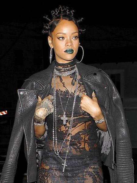 Rihanna, de icono de moda a diva gótica de Givenchy con transparencias