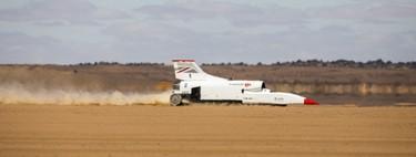 Este coche supersónico ha logrado superar los 800 km/h en pruebas, y va a por los 1.600 km/h (con la ayuda del motor de un caza)
