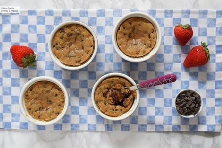 Vasitos de masa de galleta con chips de chocolate: receta de bizcocho tierno muy fácil para devorar a cucharadas