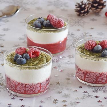 Vasitos de crema de queso fresco y mascarpone con fresas y té matcha: receta de postre fácil y fresco para Navidad