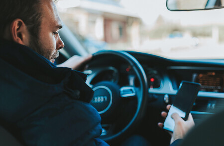 Guerra al móvil en el coche: con la nueva Ley de Tráfico la DGT restará seis puntos si lo usas incluso estando en un semáforo