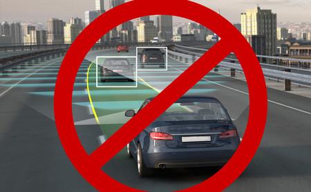 La gente está atacando a los coches autónomos y eléctricos, pero ¿qué los motiva a temerles tanto?