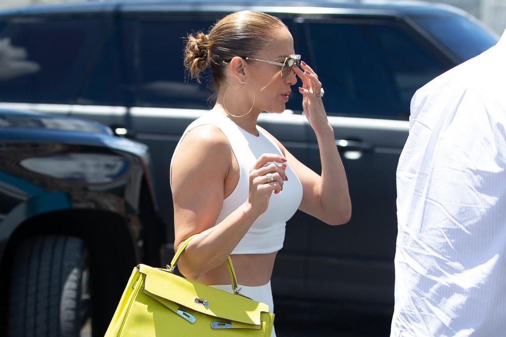 Jennifer López acude al gimnasio con uno de los más icónicos del mundo y un anillo de impresión
