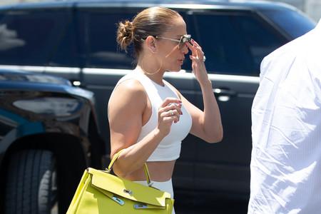 Jennifer López acude al gimnasio con uno de los bolsos más icónicos del mundo y un anillo de impresión