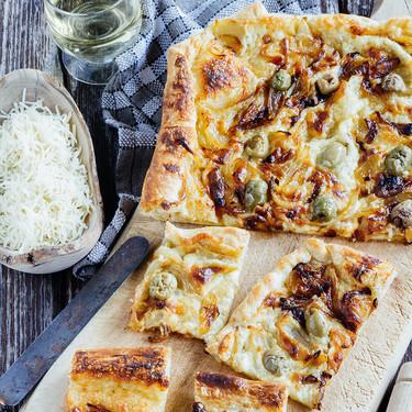 Tarta de cebolla caramelizada y gruyere: receta fácil para una cena en familia