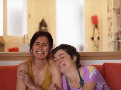 """""""Daños colaterales"""": el fantástico e hilarante cortometraje de dos mujeres con sus bebés dormidas"""
