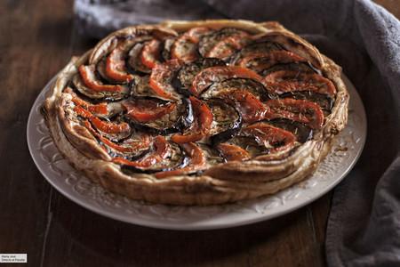 Tarta rústica de berenjenas y tomates con crema de queso, la receta ideal para compartir con amigos
